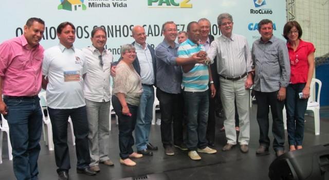 Vereadores e representantes do Governo Altimari com morador do novo bairro