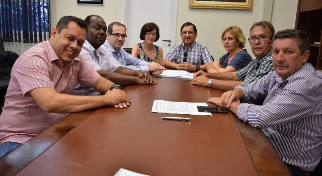 Diretor da Santa Casa, Lima Junior, com vereadores em reunião na Câmara Municipal
