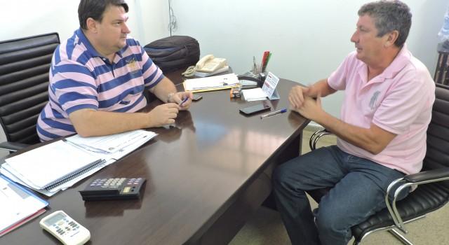 Julinho Lopes, vereador, e Ronald Penteado, secretário de Esportes, durante reunião que tratou da implantação de Núcleos Esportivos em Rio Claro.