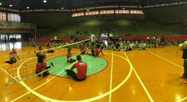 Atividade no Sesi, na última quinta-feira, 21, incluiu interação entre os participantes com aula de vôlei sentado